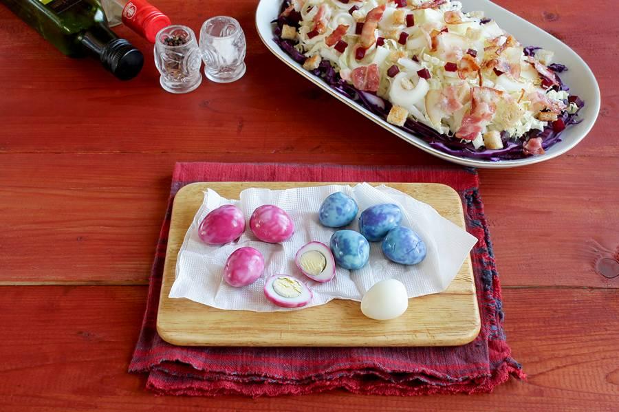 Приготовление салата с беконом и перепелиными яйцами шаг 7