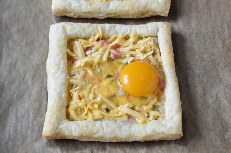 Как приготовить на завтрак яичницу в слойке шаг 5