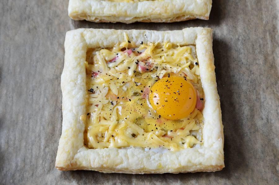 Как приготовить на завтрак яичницу в слойке шаг 6