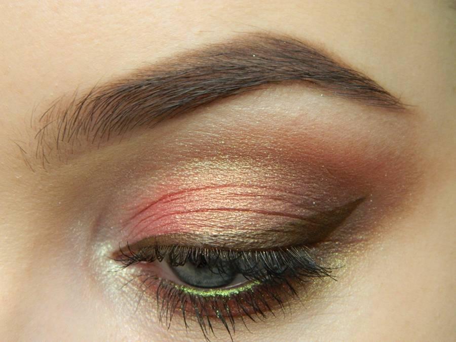 Дневной макияж глаз в персиковых тонах