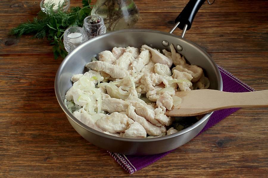 Как приготовить бефстроганов из курицы шаг 4