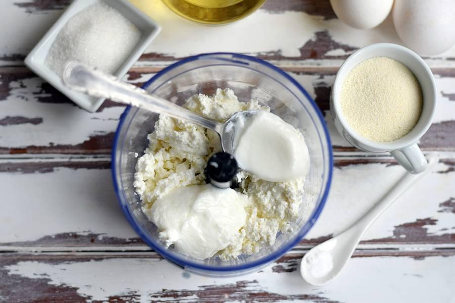 Приготовление в духовке творожной запеканки с манкой шаг 1