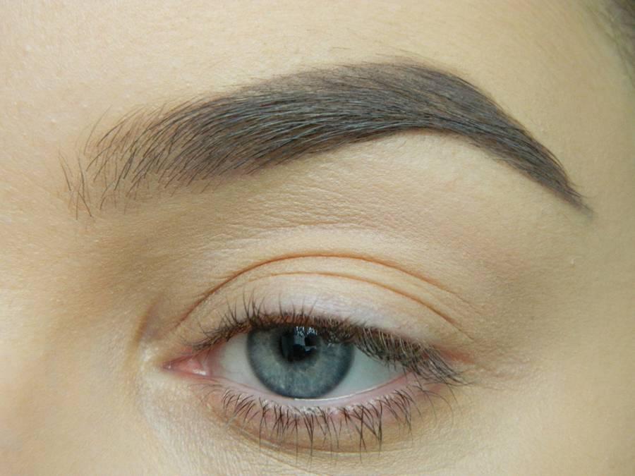 Дневной макияж глаз на перламутровых тенях шаг 1