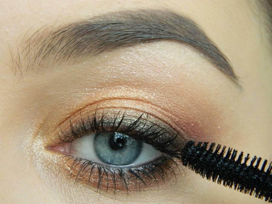 Дневной макияж глаз на перламутровых тенях шаг 13