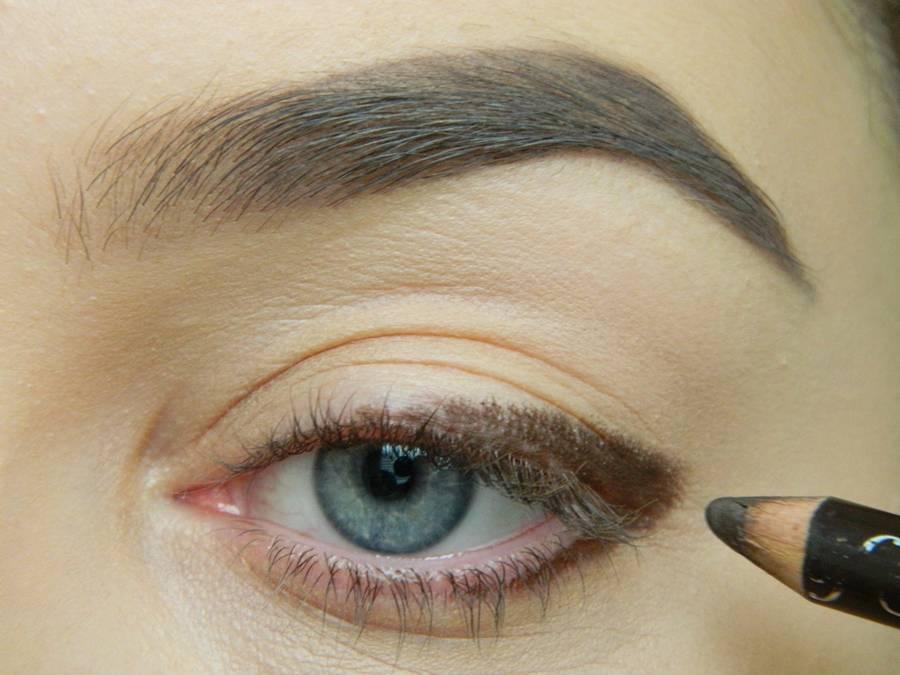 Дневной макияж глаз на перламутровых тенях шаг 2