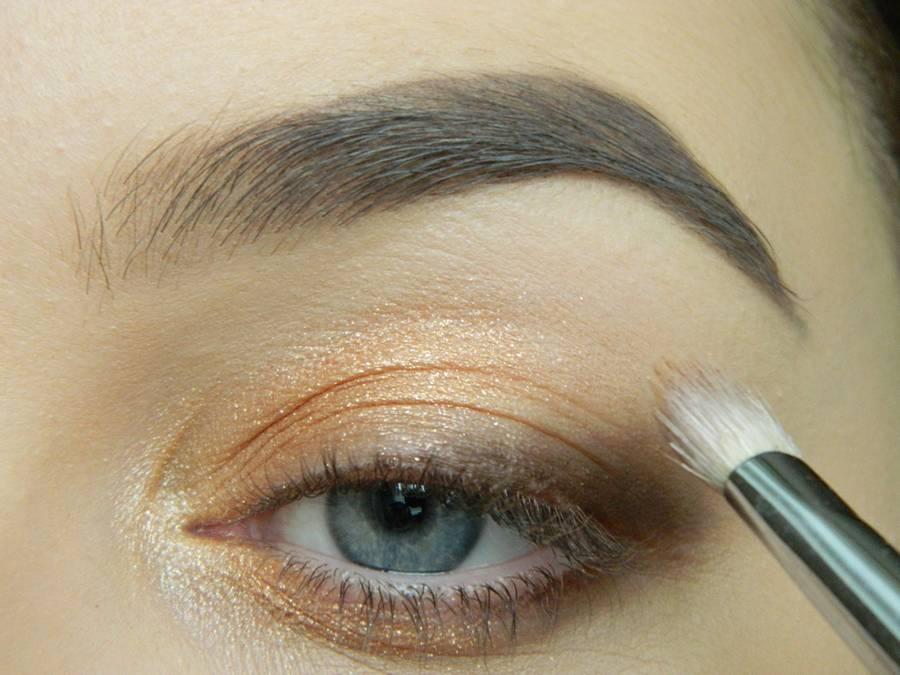 Дневной макияж глаз на перламутровых тенях шаг 5