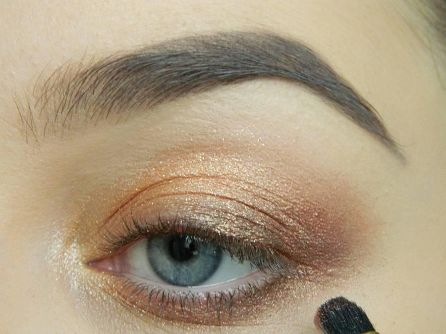 Дневной макияж глаз на перламутровых тенях шаг 7