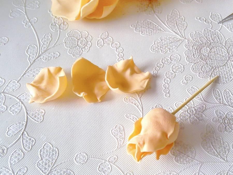 Изготовление чайной розы из фоамирана на резинке для волос шаг 10