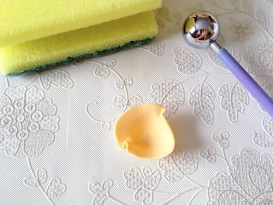 Изготовление чайной розы из фоамирана на резинке для волос шаг 4