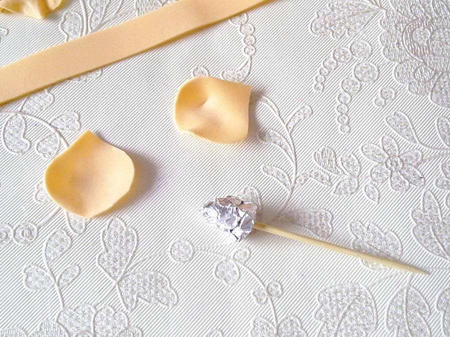 Изготовление чайной розы из фоамирана на резинке для волос шаг 7