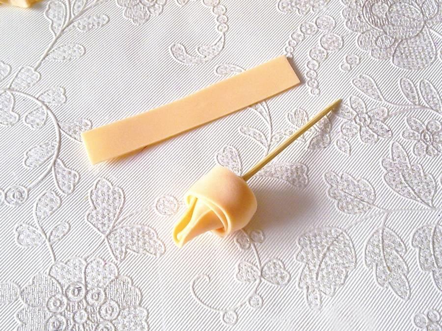Изготовление чайной розы из фоамирана на резинке для волос шаг 9