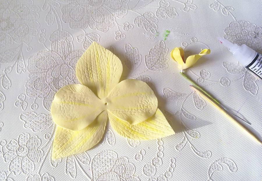 Изготовление орхидеи из фоамирана на шпильке для волос шаг 7