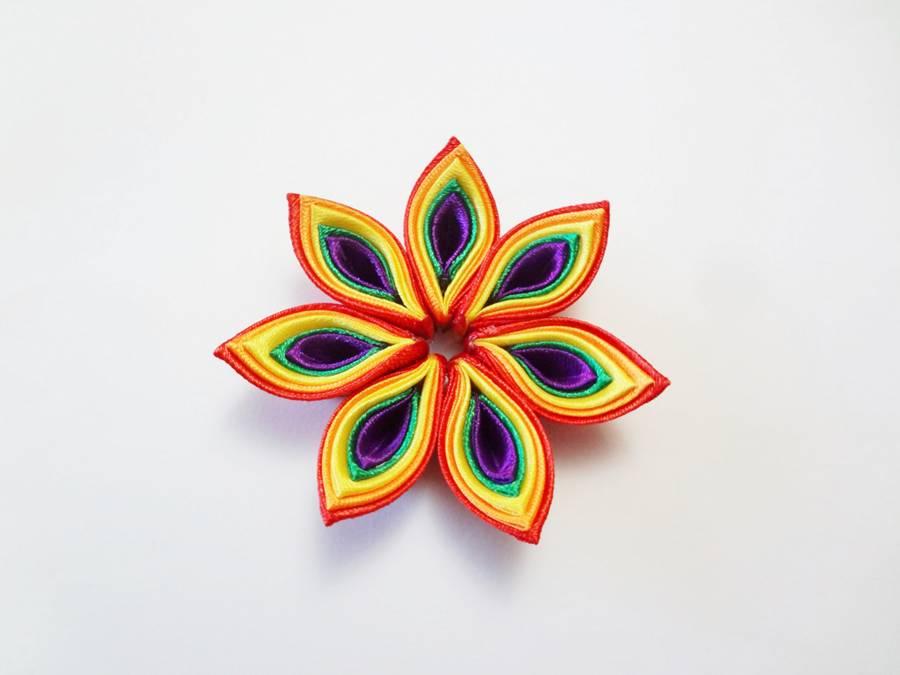Изготовление заколки канзаши с цветком и кисточками шаг 4