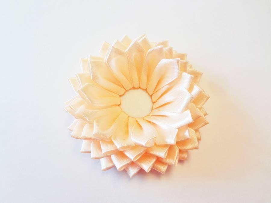 Изготовление заколки с цветком, выполненным в технике канзаши шаг 10