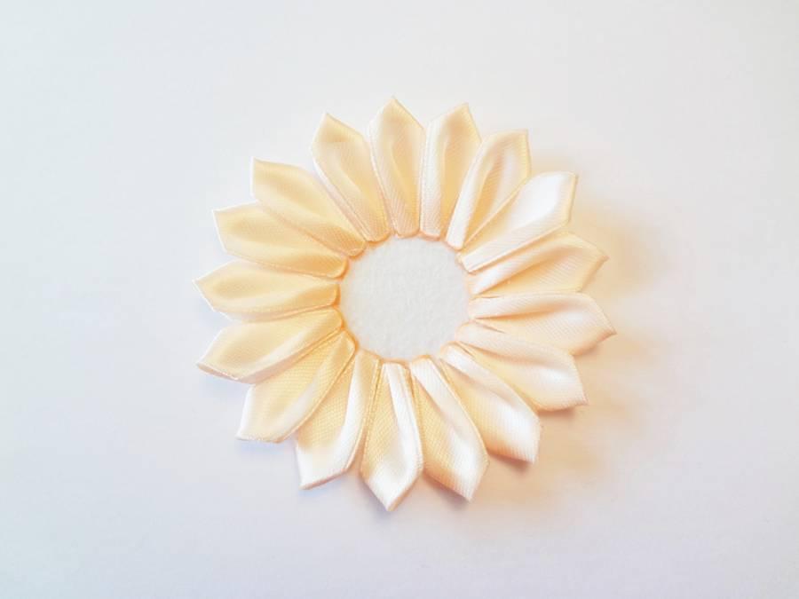Изготовление заколки с цветком, выполненным в технике канзаши шаг 7