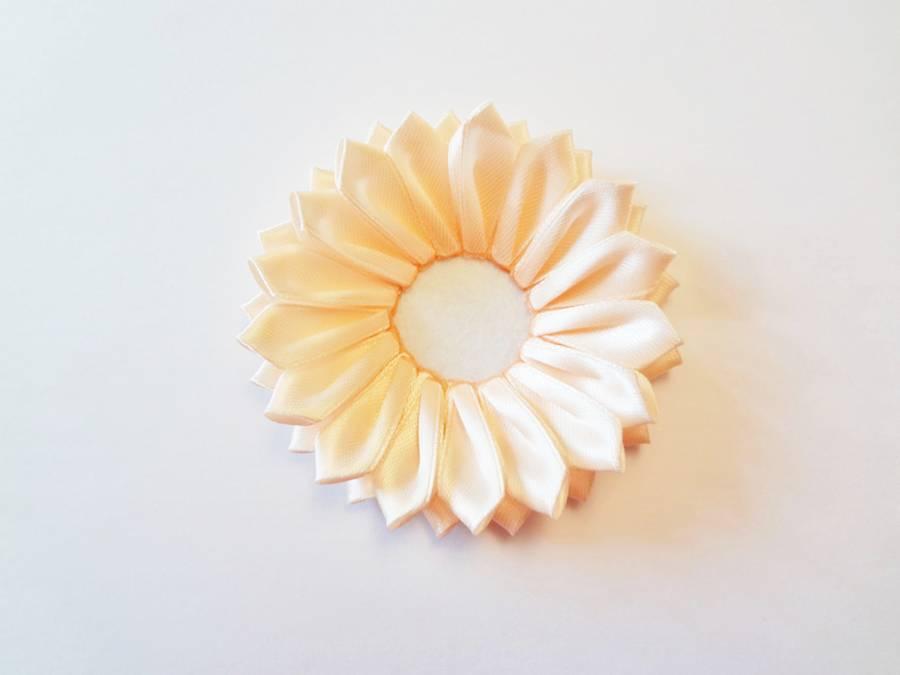 Изготовление заколки с цветком, выполненным в технике канзаши шаг 8