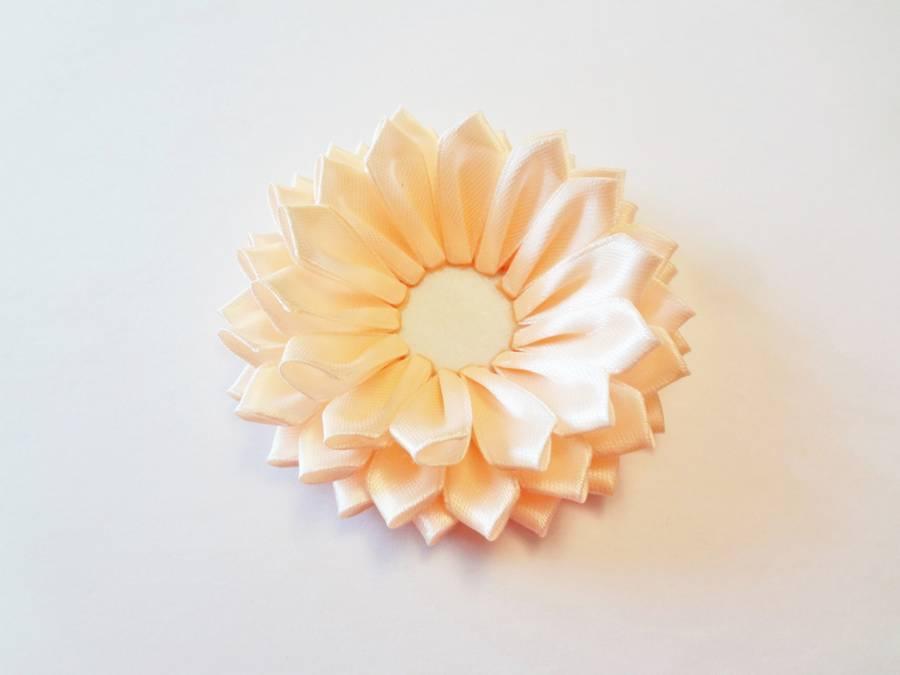 Изготовление заколки с цветком, выполненным в технике канзаши шаг 9