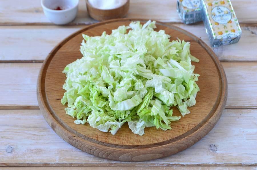 Приготовление слоеного салата с пекинской капустой шаг 3