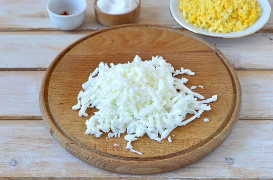 Приготовление слоеного салата с пекинской капустой шаг 5