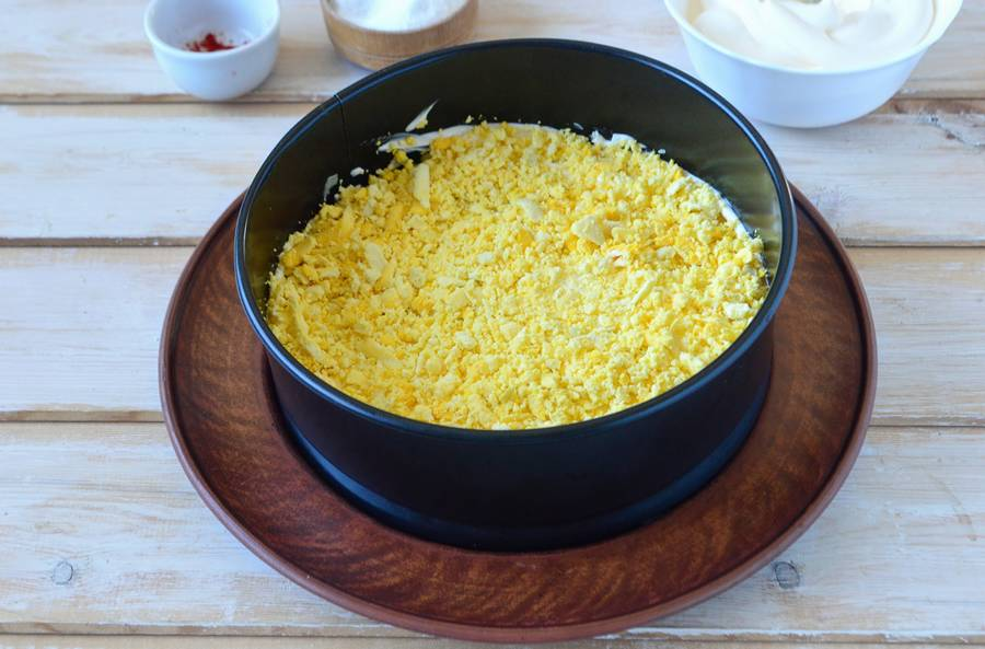Приготовление слоеного салата с пекинской капустой шаг 7