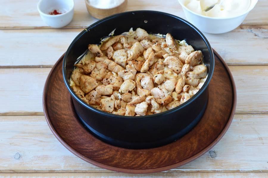 Приготовление слоеного салата с пекинской капустой шаг 8