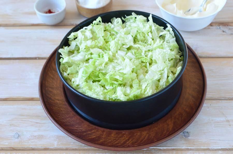 Приготовление слоеного салата с пекинской капустой шаг 9