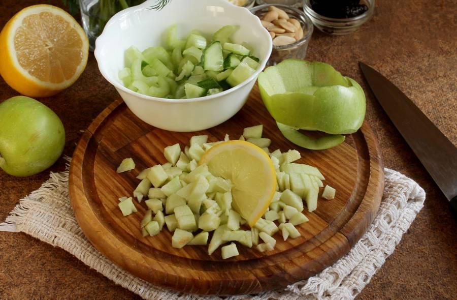Приготовление весеннего салата с сельдереем шаг 3