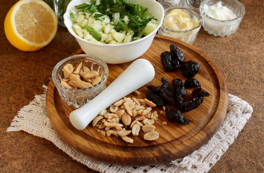 Приготовление весеннего салата с сельдереем шаг 5