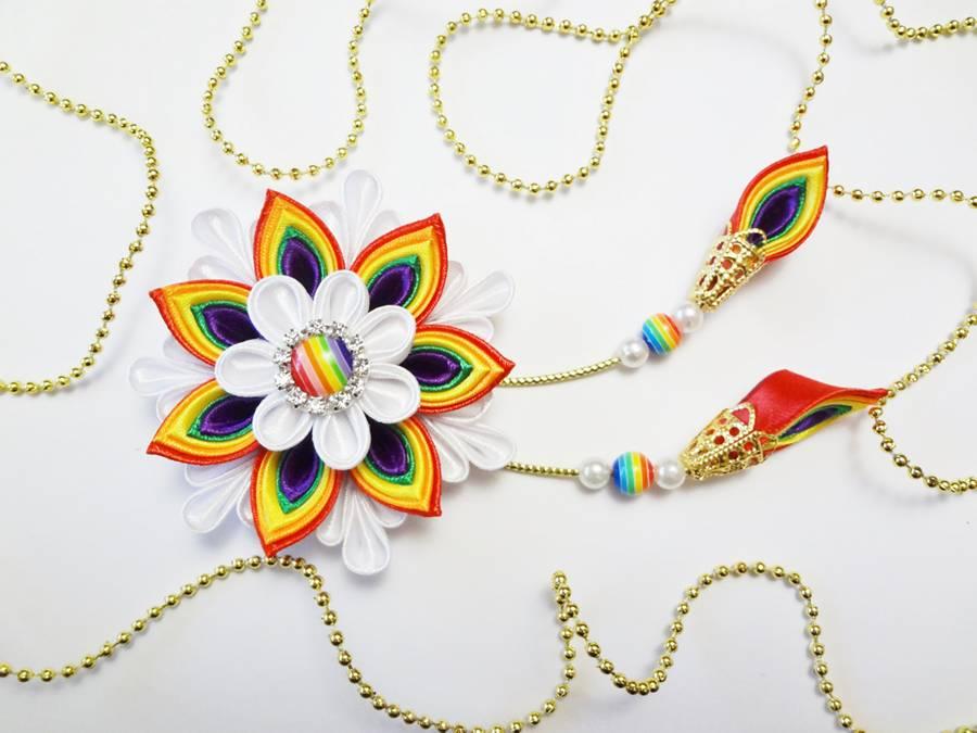 Заколка для волос с цветком и кисточками, выполненными в технике канзаши