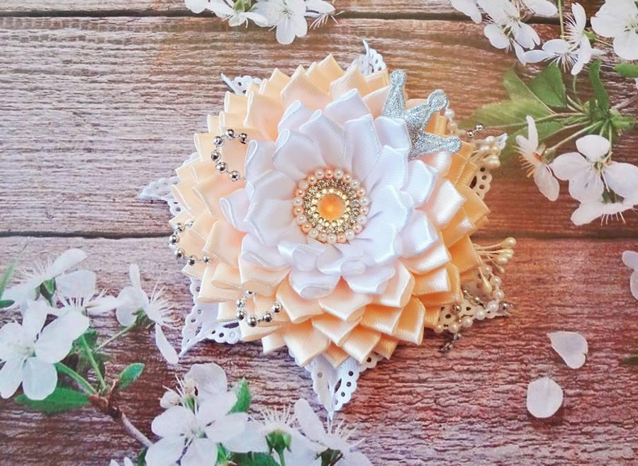 Заколка для волос с цветком, выполненным в технике канзаши