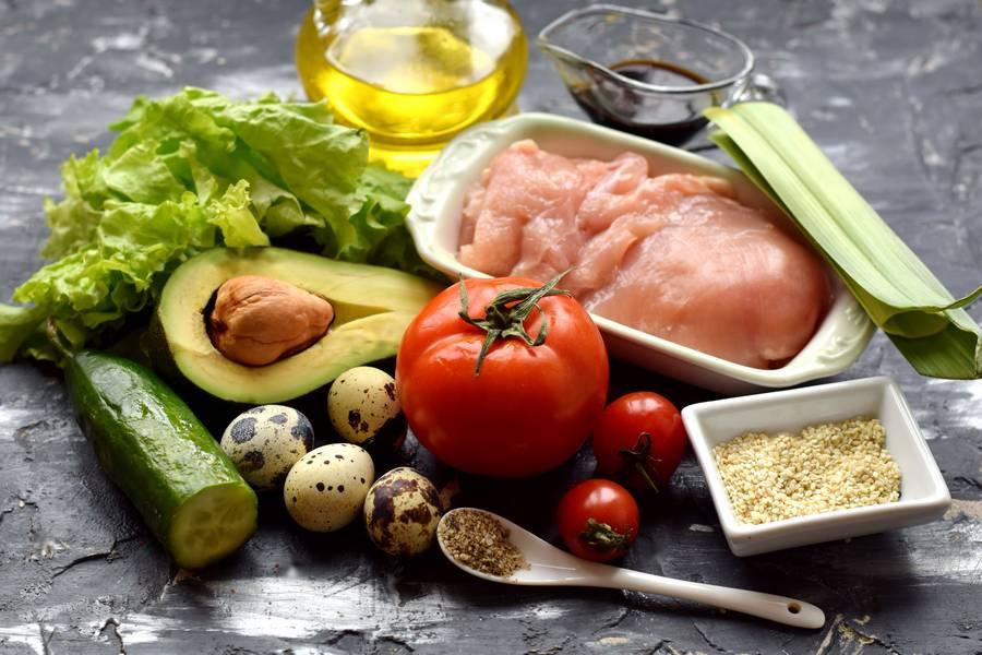Ингредиенты салата с авокадо и курицей