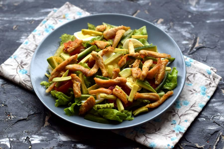 Приготовление салата с авокадо и курицей шаг 7