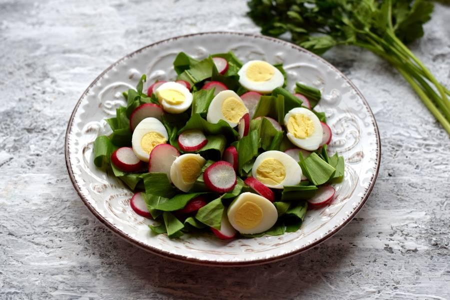 Приготовление салата с черемшой, редисом и перепелиными яйцами шаг 5