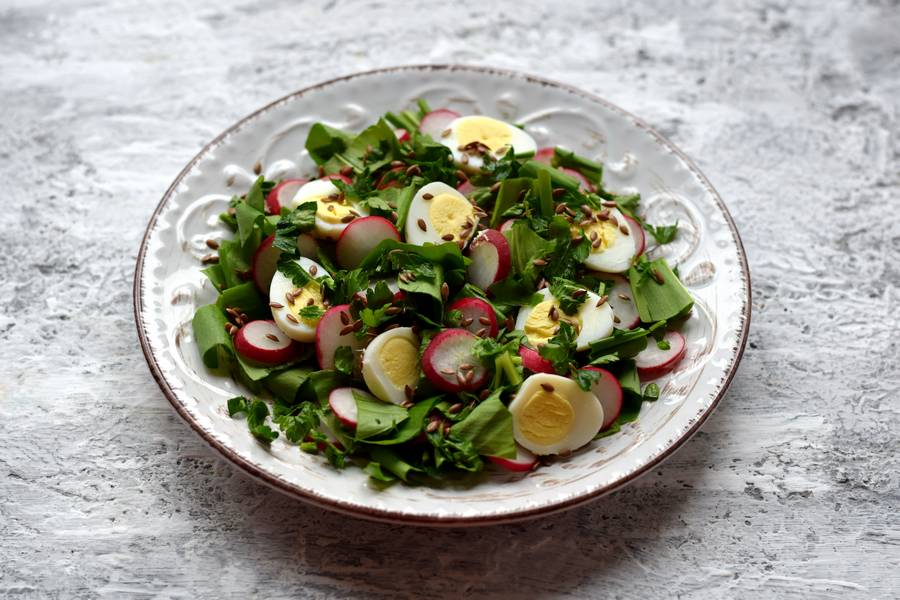 Приготовление салата с черемшой, редисом и перепелиными яйцами шаг 7