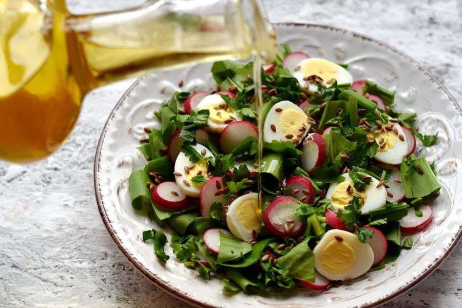 Приготовление салата с черемшой, редисом и перепелиными яйцами шаг 8