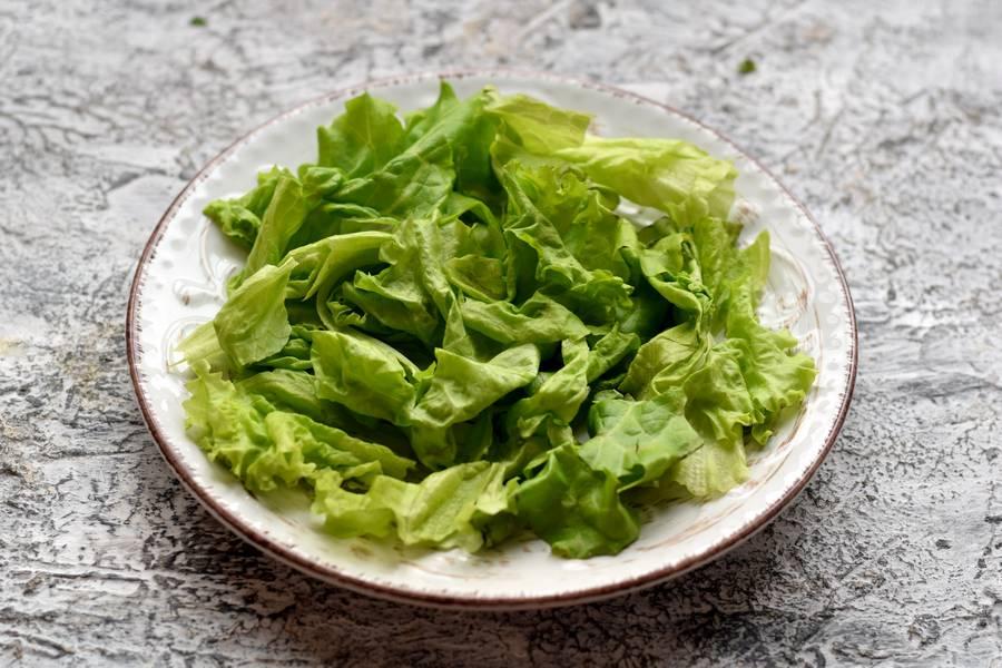 Приготовление салата с черной фасолью, курицей и сыром фета шаг 2