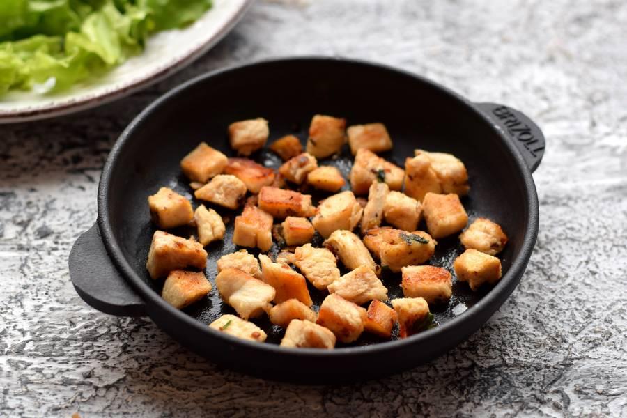 Приготовление салата с черной фасолью, курицей и сыром фета шаг 3
