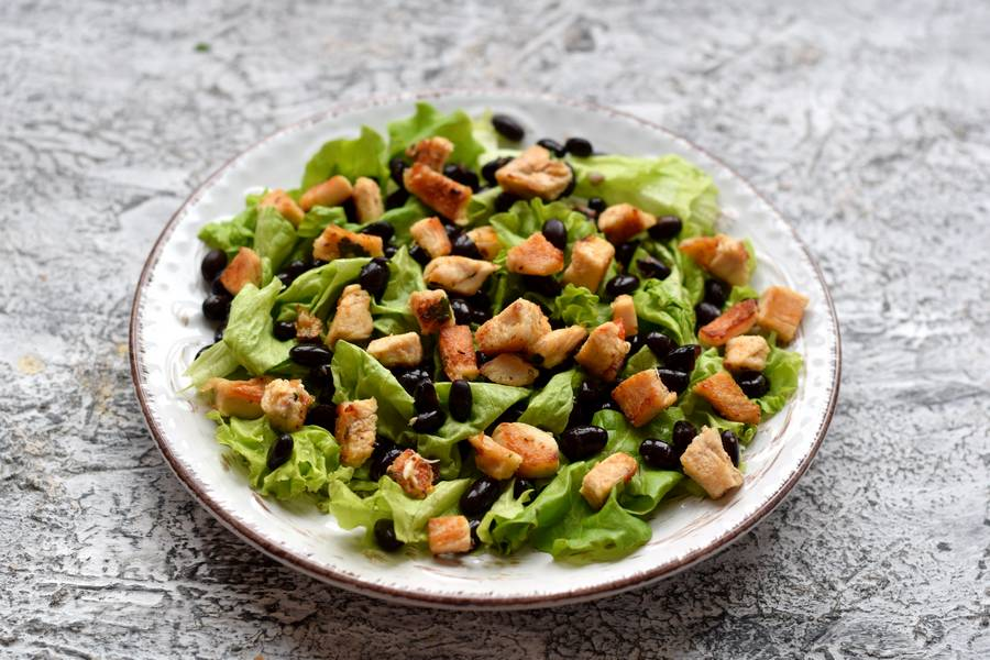 Приготовление салата с черной фасолью, курицей и сыром фета шаг 5