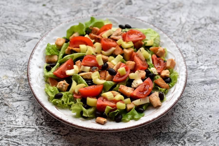 Приготовление салата с черной фасолью, курицей и сыром фета шаг 6