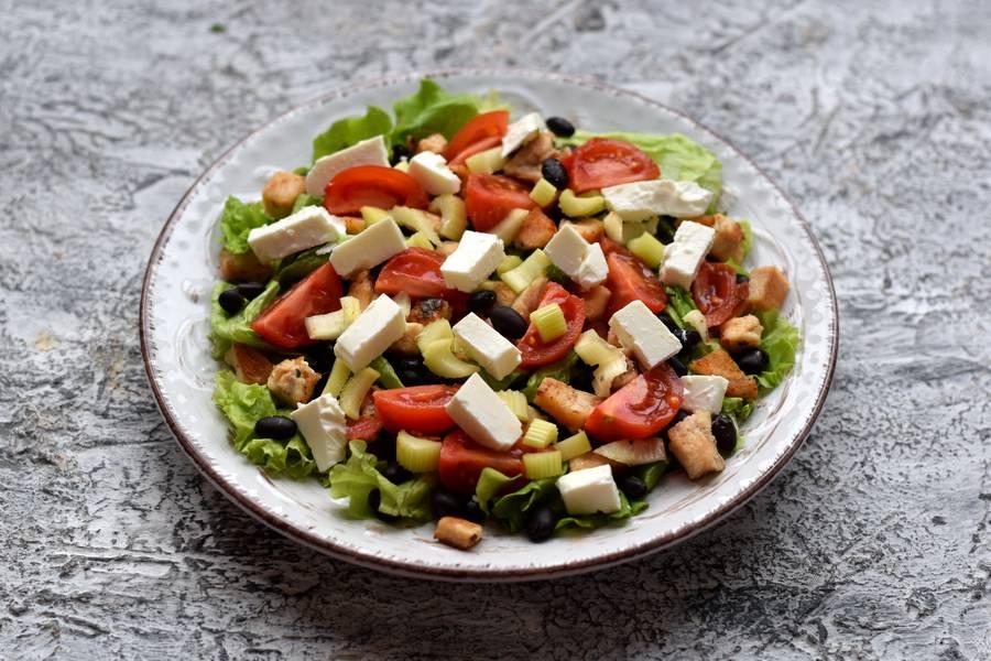 Приготовление салата с черной фасолью, курицей и сыром фета шаг 7