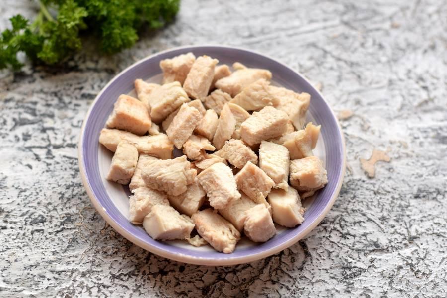 Приготовление салата с фасолью курицей овощами сухариками шаг 2