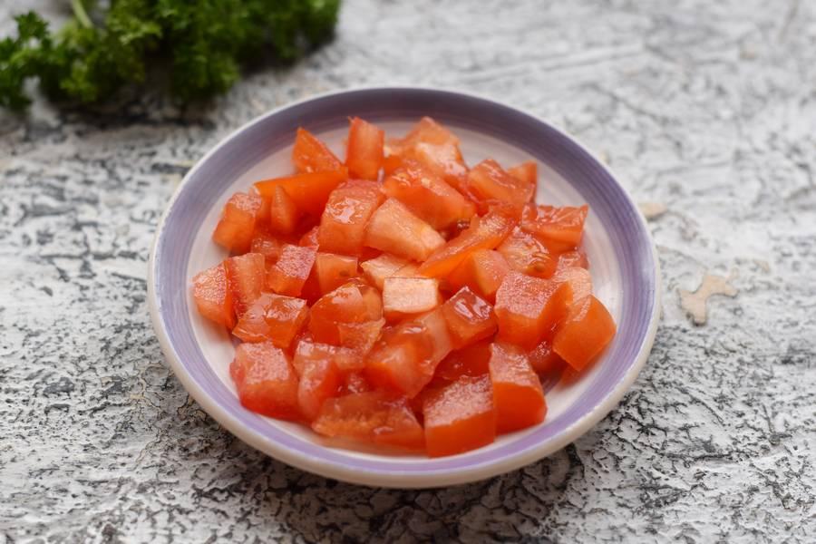 Приготовление салата с фасолью курицей овощами сухариками шаг 4
