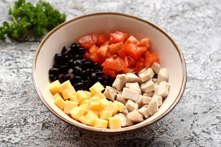 Приготовление салата с фасолью курицей овощами сухариками шаг 5