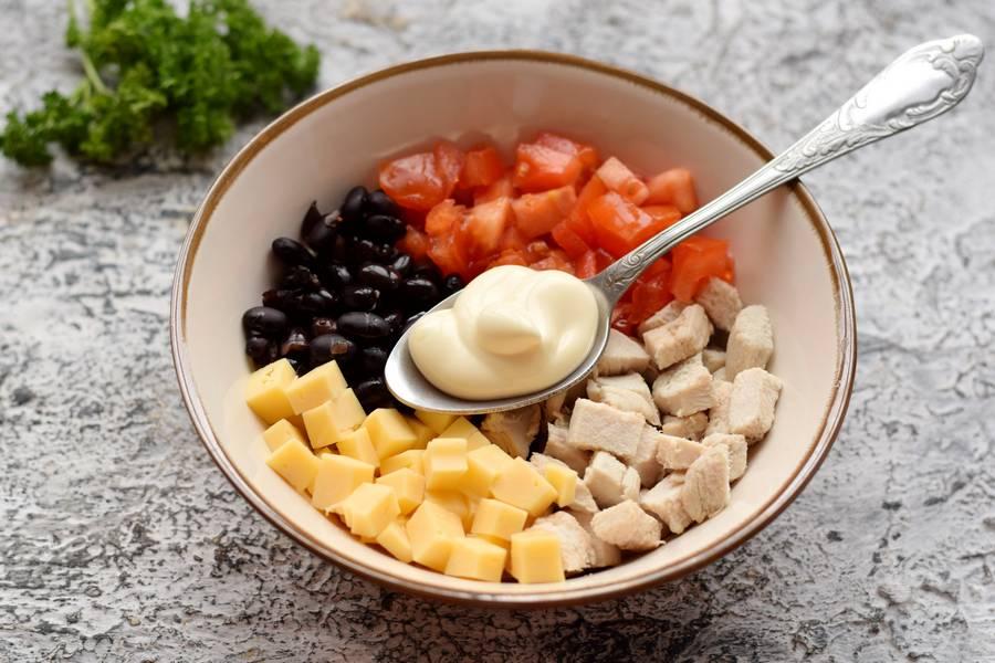 Приготовление салата с фасолью курицей овощами сухариками шаг 6