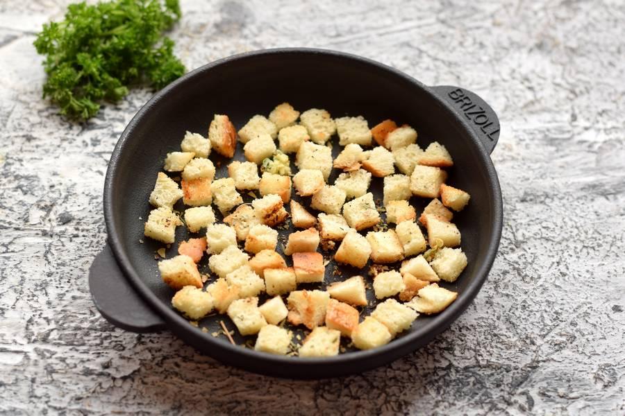 Приготовление салата с фасолью курицей овощами сухариками шаг 7