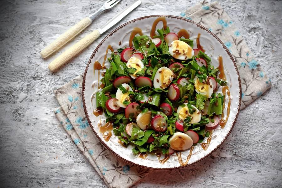 Салат с черемшой, редисом, перепелиными яйцами