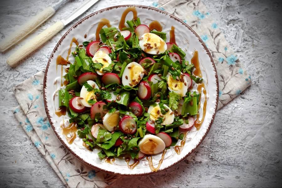 Салат с черемшой, редисом и перепелиными яйцами