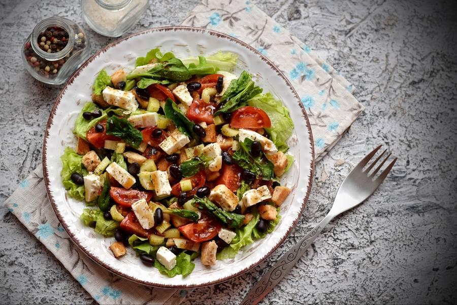 Салат с черной фасолью, курицей и фетой