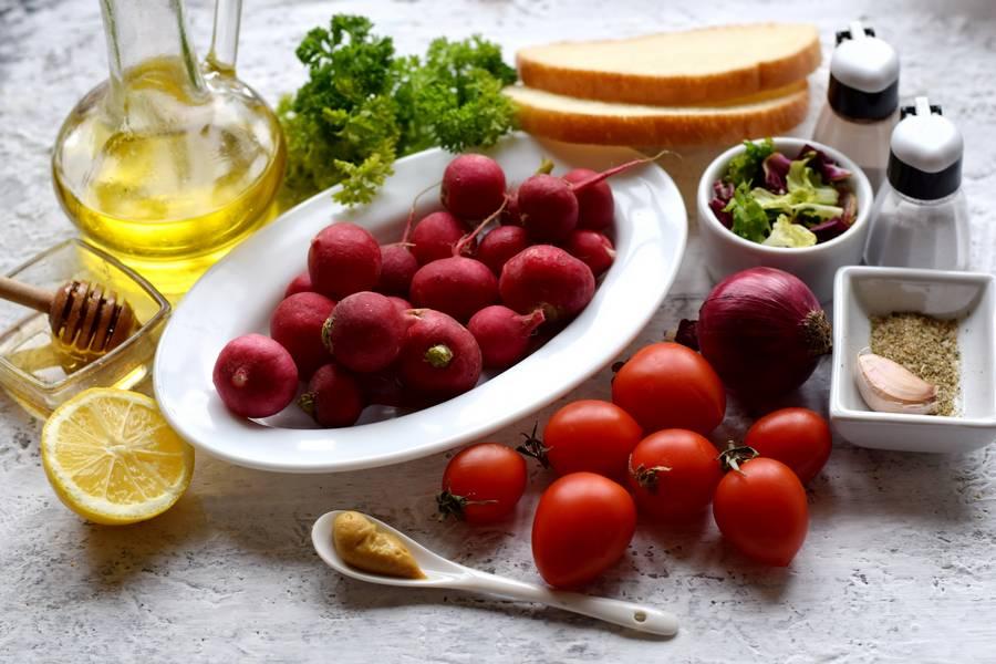 Ингредиенты салата с редисом, черри и сухариками
