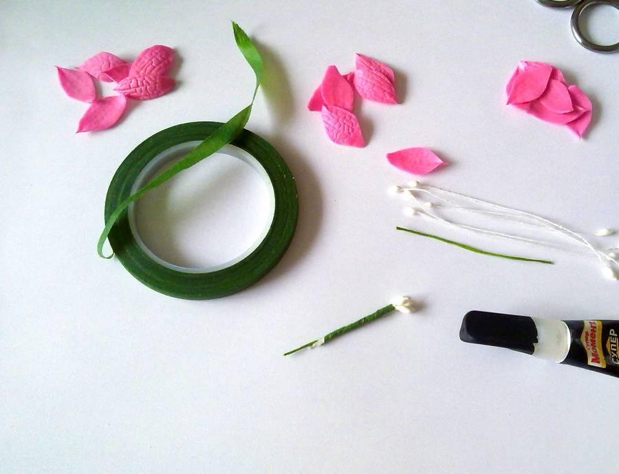 Изготовление резинки для волос с яркими цветами из фоамирана шаг 3